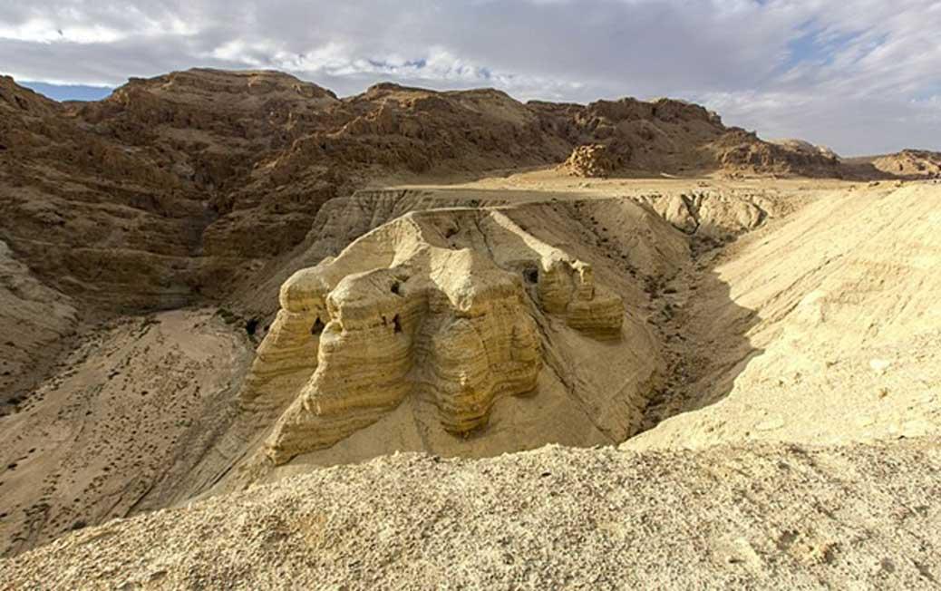 Los rollos fueron descubiertos en cuevas de la orilla noroeste del mar Muerto ubicadas en Khirbet Qumrán, en lo que era por aquel entonces el Mandato Británico de Palestina – región conocida en la actualidad como Cisjordania. (CC BY 2.0)