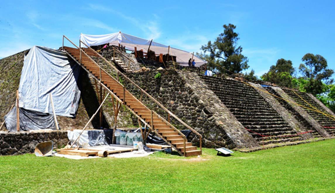Los peores daños se produjeron en la cima de la pirámide. (Melitón Tapia/INAH)