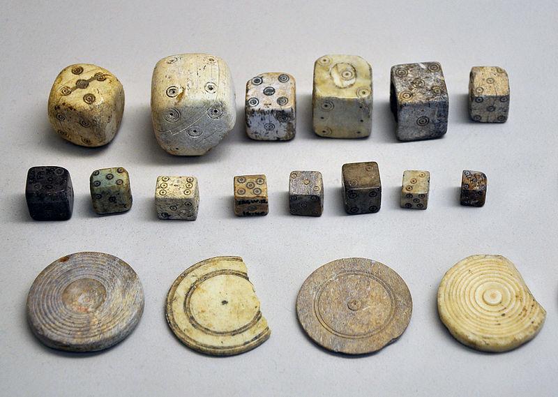 Antiguos dados y fichas de la época romana. Museo galorromano de Saint-Romain-en-Gal-Vienne (Wikimedia Commons)