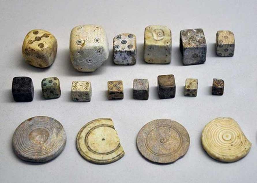 Selección de dados y fichas de juego de la época romana. (CC0)
