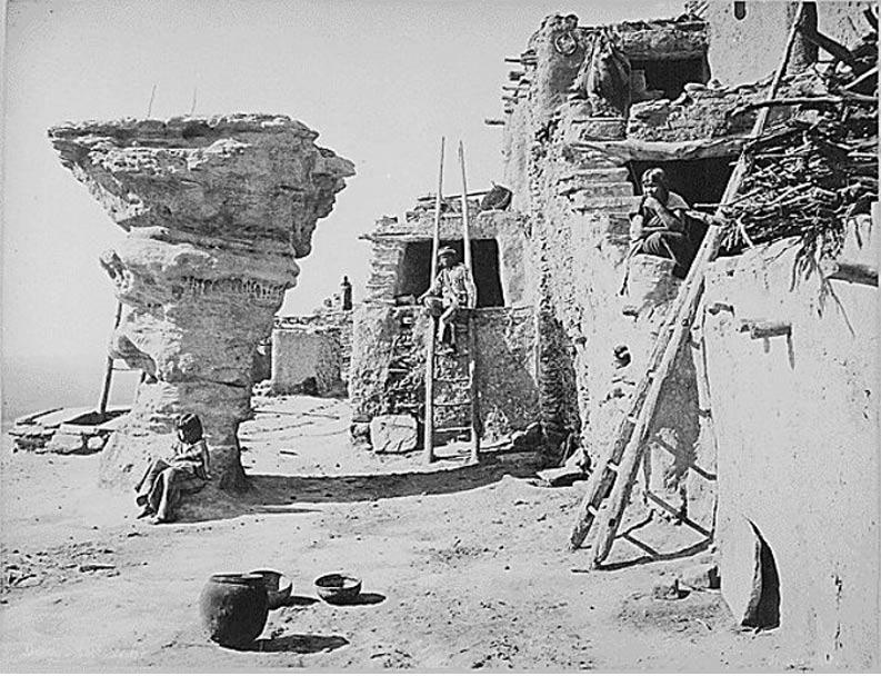 La Roca de los Danzantes en el poblado Hopi de Walpi, al nordeste de Arizona, en una fotografía de 1879 (Wikimedia Commons)