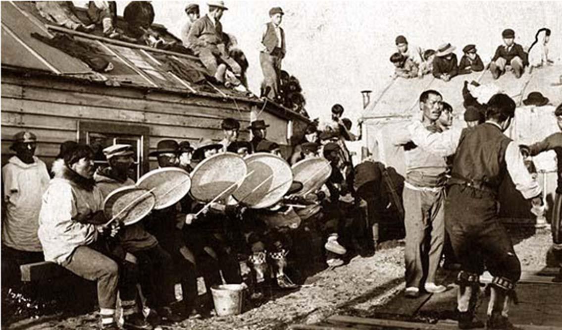 Danza Iñupiat cerca de Nome, Alaska, 1900, en la que se hacen ofrendas al dios de los pedos.