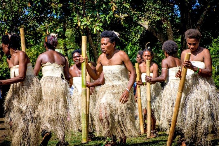 Los científicos han demostrado que los melanesios son los únicos humanos modernos que poseen una ascendencia genética denisovana significativa, representando entre el 1,9% y el 3,4% de su genoma. En la imagen, danzarinas melanesias nativas de Vanuatu. (Graham Crumb/CC BY-SA 3.0)