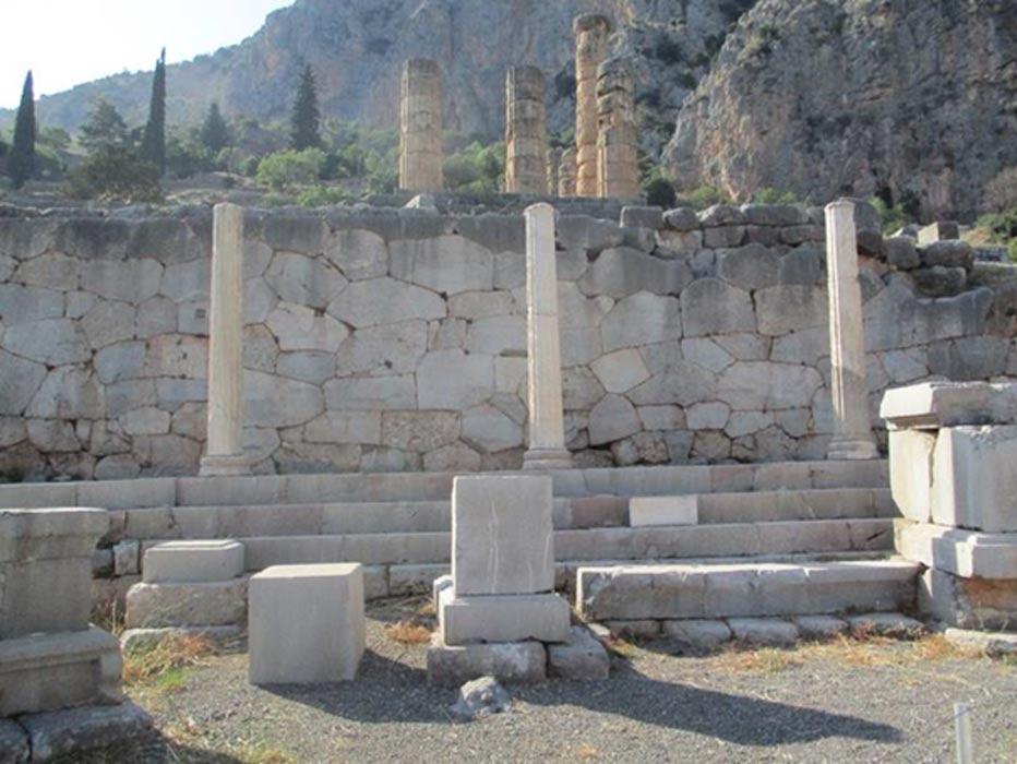 En la imagen se observa parte del muro poligonal que se encuentra al pie del Templo de Apolo, en Delfos. (Fotografía: Dr. Derek Cunningham)