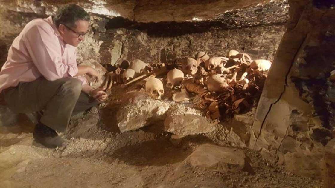 Un investigador estudia un depósito de restos hallado en la necrópolis (Ministerio de Antigüedades egipcio)