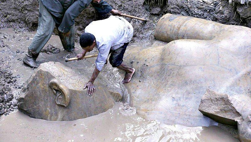 Los expertos egipcios recuperan los fragmentos del coloso que en un principio identificaron, al parecer erróneamente, con el faraón Ramsés II. (Fotografía: Antena 3/EFE)