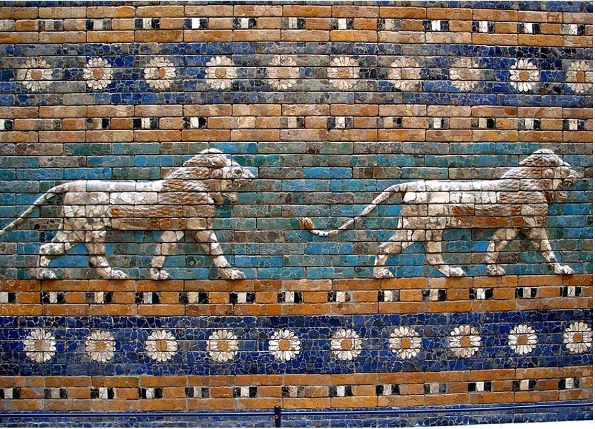 Detalle de los leones y las flores de la Puerta de Ishtar, Museo de Pérgamo, Berlín (Wikimedia Commons)