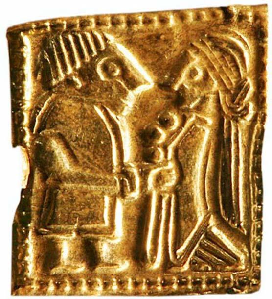 Detalles de un antiguo amuleto nórdico de oro en miniatura visto al microscopio (Foto: Museo de Historia Cultural, Oslo)
