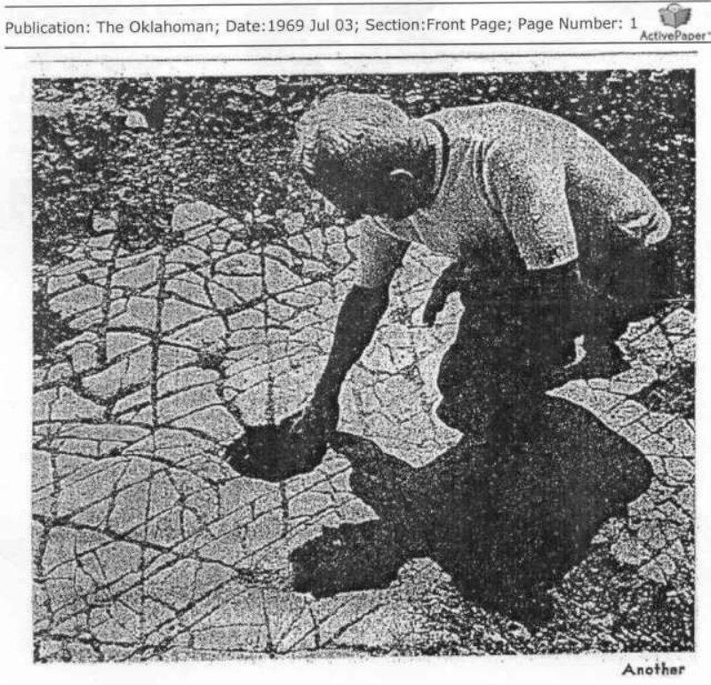 Detalle del supuesto suelo de mosaico, con extraños agujeros, descubierto en Oklahoma. Publicación de «The Oklahoman», 1969. (Fotografía: Código Oculto).
