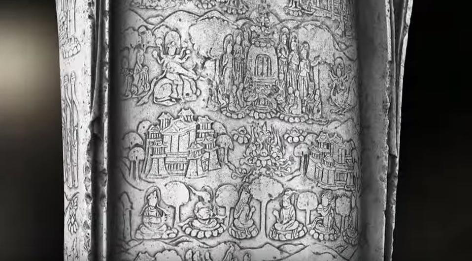 Los intrincados detalles revelados. El escaneo tridimensional ha permitido observar escenas hasta ahora imposibles de apreciar grabadas sobre la túnica del Buda. (Imagen: Fotograma del vídeo de Youtube de Freer and Sackler)