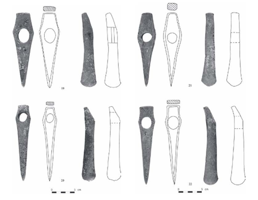 Dibujos de algunas cabezas de antiguas hachas-martillo descubiertas en el depósito hallado en Bulgaria. (D. Chernakov)