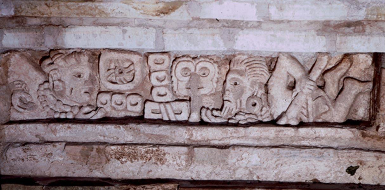 Dintel de una de las tumbas excavadas en años anteriores en Lambityeco (Wikimedia Photo/HJPD)