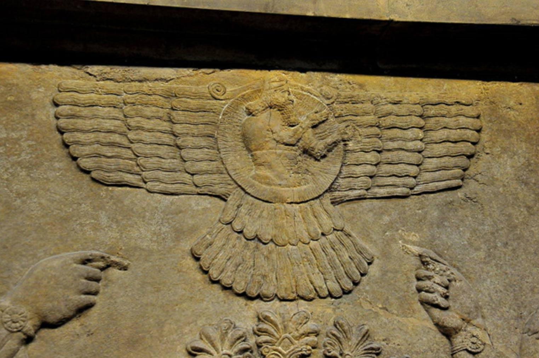 Vista cercana de un relieve mural que representa al dios Ashur (Assur) en el interior de un disco alado, Nimrud, Iraq. (CC BY-SA 4.0)