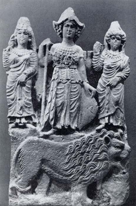 La diosa árabe Allat, de pie sobre un león y flanqueada por otras dos figuras femeninas, posiblemente Manat y Al-'Uzza. (JDHaidar/Dominio público)