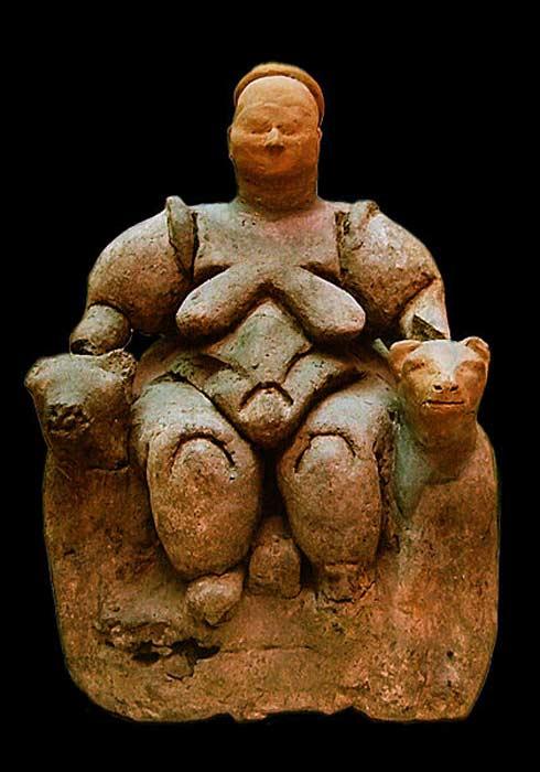 Figurita de una Diosa Madre sentada y flanqueada por dos leonas descubierta con anterioridad en Çatalhöyük (6000 a. C. – 5500 a. C.), Museo de las Civilizaciones de Anatolia, Ankara. (CC BY SA 2.5)