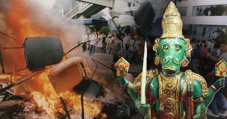 Izquierda: Saqueos de comercios y quema de mercancías en las calles de Yakarta (Public Domain). Derecha: Kalki bajo la forma de Vajimukha (con cabeza de caballo). (CC BY-SA 4.0)
