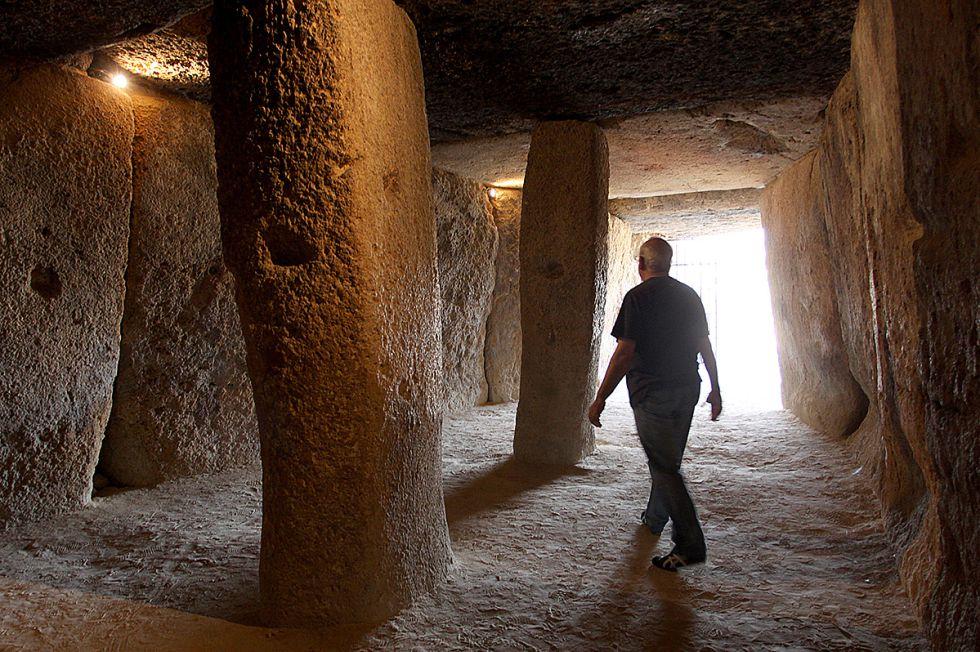 El arqueólogo Bartolomé Ruiz, director del Conjunto Arqueológico Dólmenes de Antequera, en el interior del Dolmen de Menga. (Fotografía: El País/GARCÍA-SANTOS)