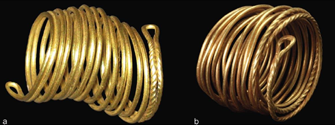 Dos anillos de oro hallados en el valle del Tollense: a) Weltzin 32, longitud: 2,9 cm; b) Weltzin 4, longitud: 3,1 cm. Fotografías: J. Krüger. (S. Suhr, Landesamt für Kultur und Denkmalpflege)