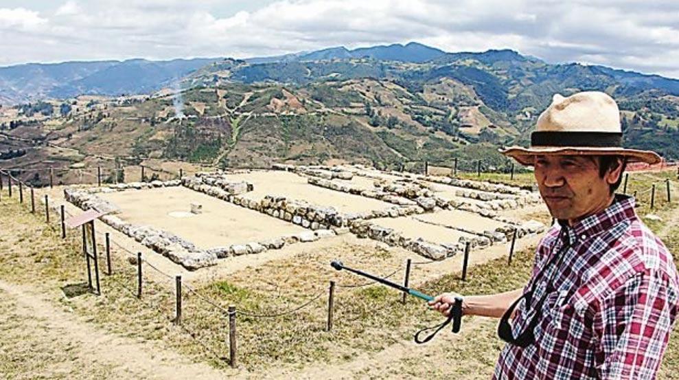 El Dr. Yuji Seki ante una sección del yacimiento arqueológico de Pacopampa, en la región de Cajamarca, Perú. (El Comercio)