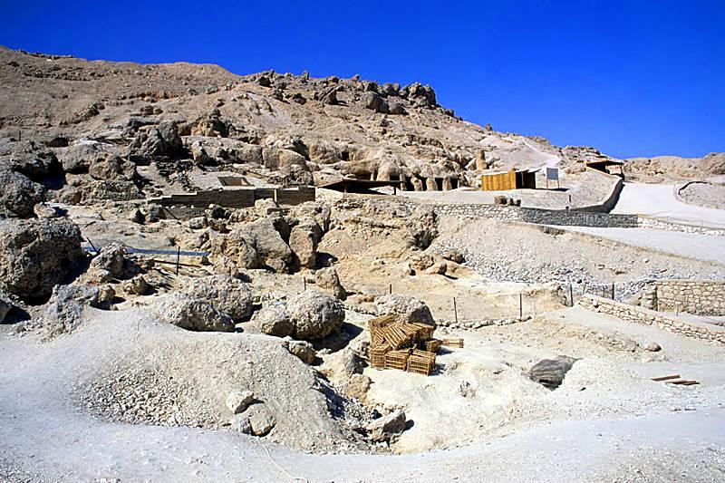 Vista de la falda sur de la colina de Dra Abu el-Naga, emplazamiento en el que se desarrolla el Proyecto Djehuty. (Roland Unger/Public Domain)