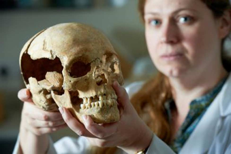 La Dra. Jo Buckberry de la Universidad de Bradford, investigadora que ha participado en el estudio de los restos óseos del Castillo de Stirling. © Historic Scotland