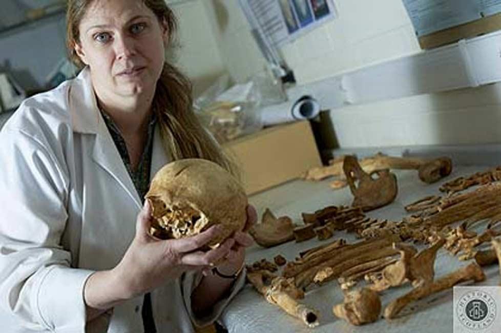 La Dra. Jo Buckberry estudia el esqueleto del caballero de Stirling. © Historic Scotland