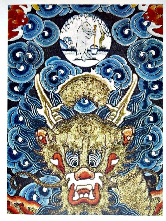 Dragón chino: en el medallón que se observa sobre el dragón aparece la Liebre Blanca de la Luna, al pie de un árbol casia, preparando el elixir de la inmortalidad. (Public Domain)