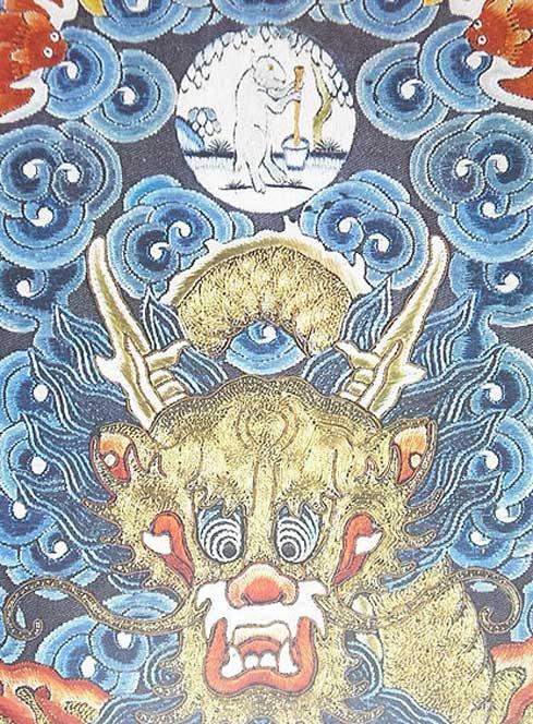 Dragón chino; el medallón que aparece arriba nos muestra la Liebre Blanca de la Luna al pie de un árbol casia, elaborando el elixir de la inmortalidad. (Dominio público)