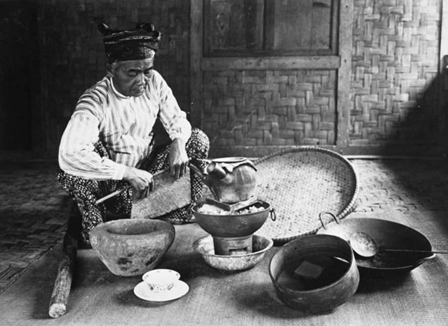 Dukun (chamán malayo) preparando medicinas tradicionales (período colonial holandés, 1910-1940). (Tropenmuseum/CC BY SA 3.0)