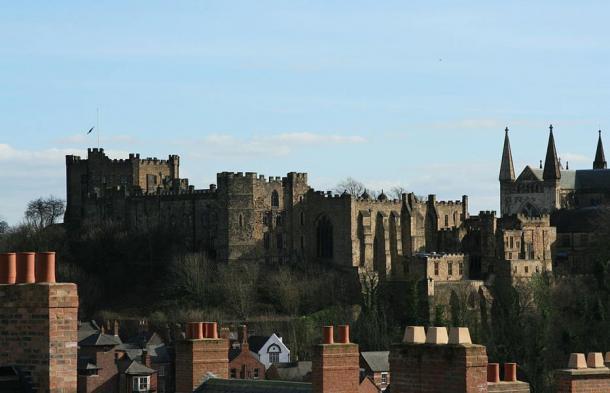 Vista del Castillo de Durham, a la izquierda, y la Catedral de Durham, a la derecha, en cuyos sótanos unos 3.000 prisioneros de guerra escoceses fueron encarcelados tras la batalla de Dunbar. Sus cuerpos fueron descubiertos cerca de la catedral de Durham, en la que hoy es el campus de la Universidad de Durham. (Foto: Steve F-E-Cameron/Wikimedia Commons)