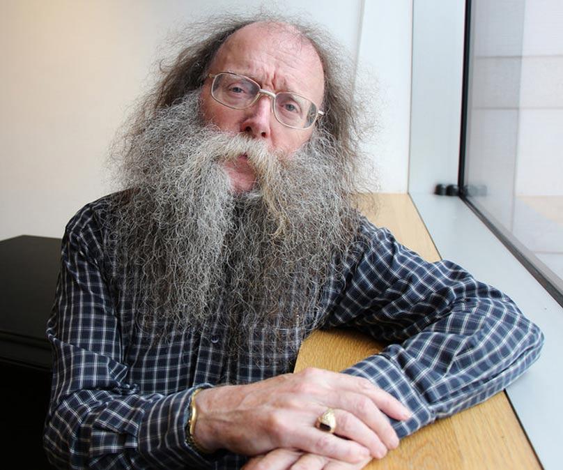Eddie Lenihan, uno de los pocos seanchaithe (guardián de la tradición oral irlandesa) en activo, advierte de los riesgos de perturbar la paz de las antiguas construcciones de Irlanda. (Chris Sloan/CC BY-SA 2.0)