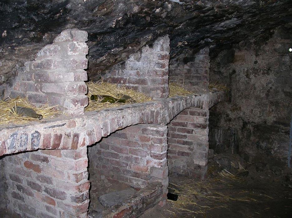 """Compartimentos de las Catacumbas de Edimburgo utilizados en el pasado como """"viviendas"""", tal y como se pueden contemplar en las visitas turísticas que se realizan al lugar (CC BY 2.0)"""