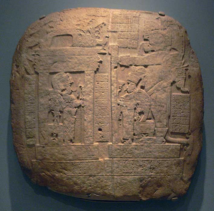 Efigie en trono real; cultura maya, Guatemala, probablemente La Corona, 731 d. C.; 73,5 x 73,2 x 5,7 cm; piedra caliza. Museo de Arte de Dallas, Dallas, Texas, Estados Unidos. (Dominio público)