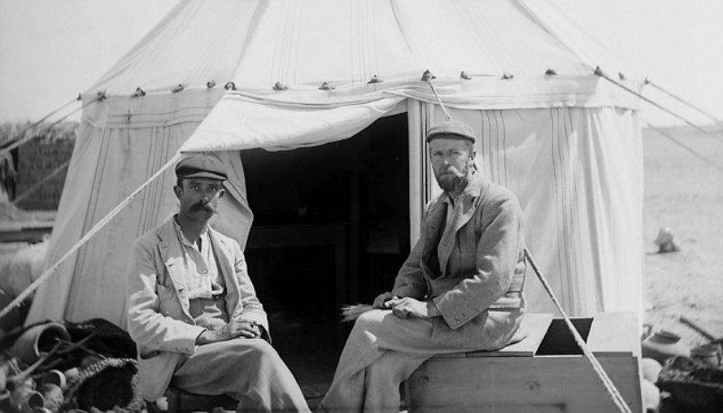 Los descubridores de los llamados Papiros de Oxirrinco, Bernard Grenfell (izquierda) y Arthur Hunt (derecha) posando en 1896.(Public Domain)