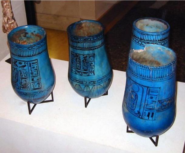 Vasijas egipcias con el nombre de Ramsés II (Wikimedia Commons)