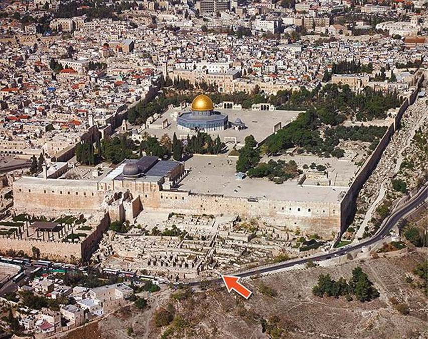 El sello de Isaías fue descubierto en el Ofel, señalado en este mapa con una flecha roja, cerca del Monte del Templo de Jerusalén. (Eilat Mazar/Biblical Archaeology Society)