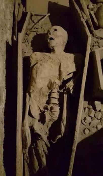 El cuerpo del cruzado fue dado vuelta y su cabeza fue removida. (RTE)