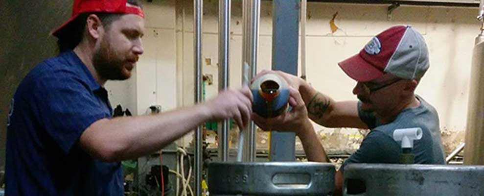 Chad Sheridan y Mike Vergolina preparan la antigua bebida. (Bettina Arnold)