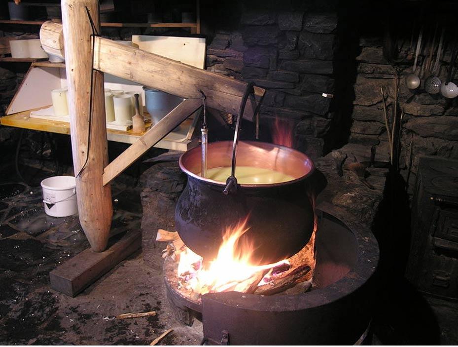 Proceso tradicional suizo de elaboración de queso. (CC BY-SA 3.0)