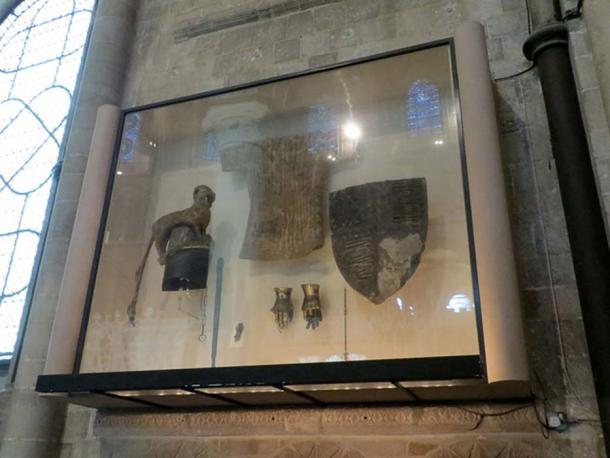 Elementos heráldicos originales del Príncipe Negro, expuestos en la Catedral de Canterbury. (CC BY-SA 4.0)