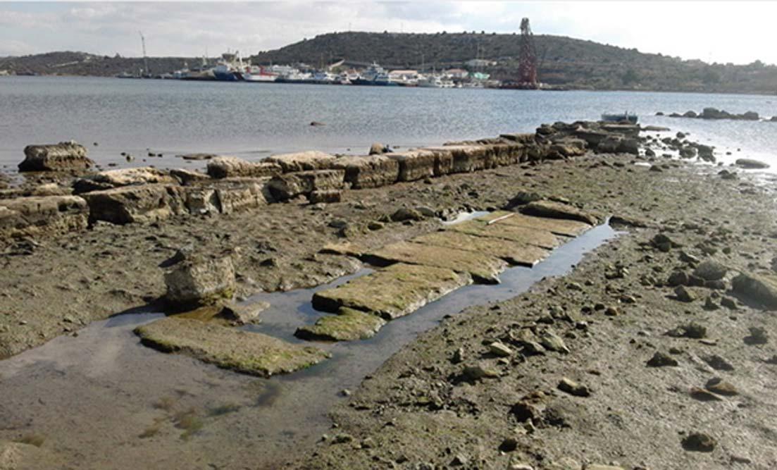Algunos de los antiguos elementos arquitectónicos hallados en la bahía de Ampelakia, cerca de las ruinas de la desaparecida ciudad portuaria de Salamina. (Chr. Marabou)