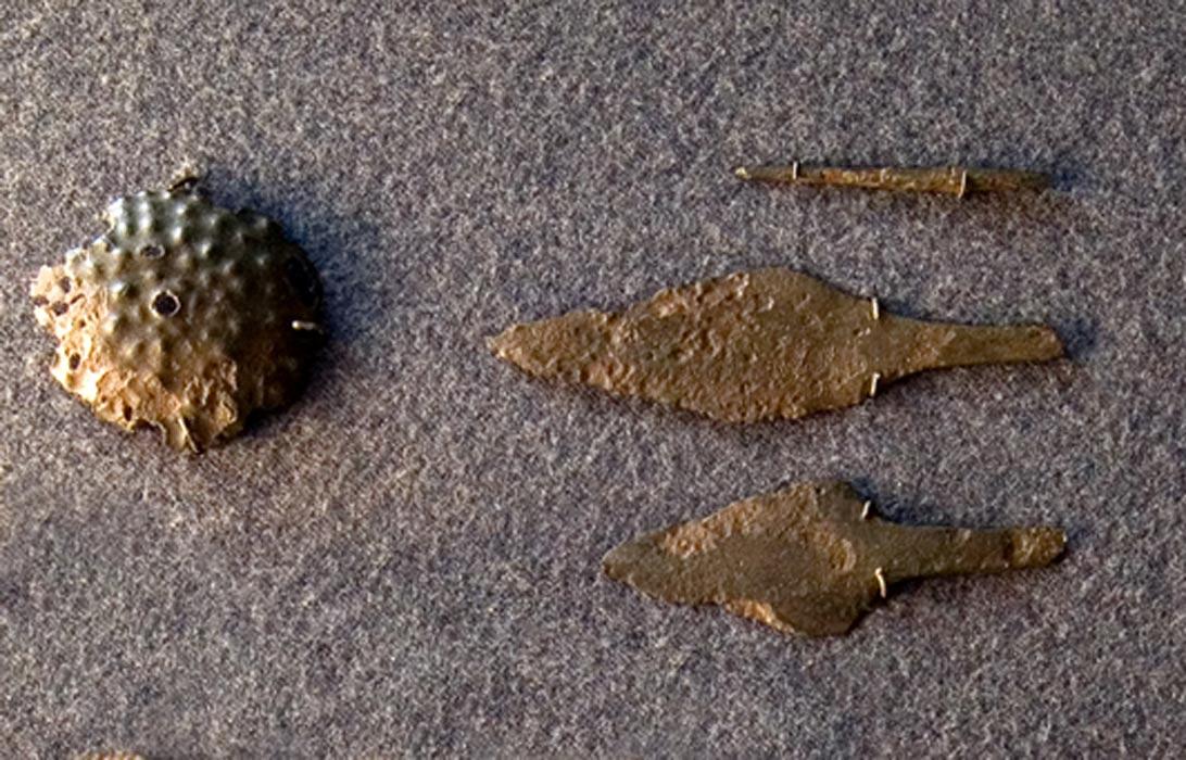 Elementos de bronce procedentes de la cultura Yamnaya (Public Domain)