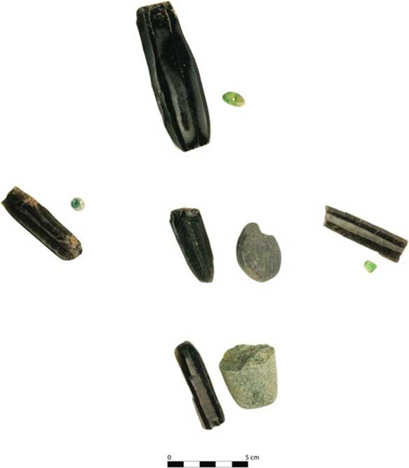 Cinco objetos de obsidiana se colocaron en un enterramiento múltiple de cinco niños, uno con cada uno de los niños alineados con los puntos cardinales y otro en el centro. (Takeshi Inomata)