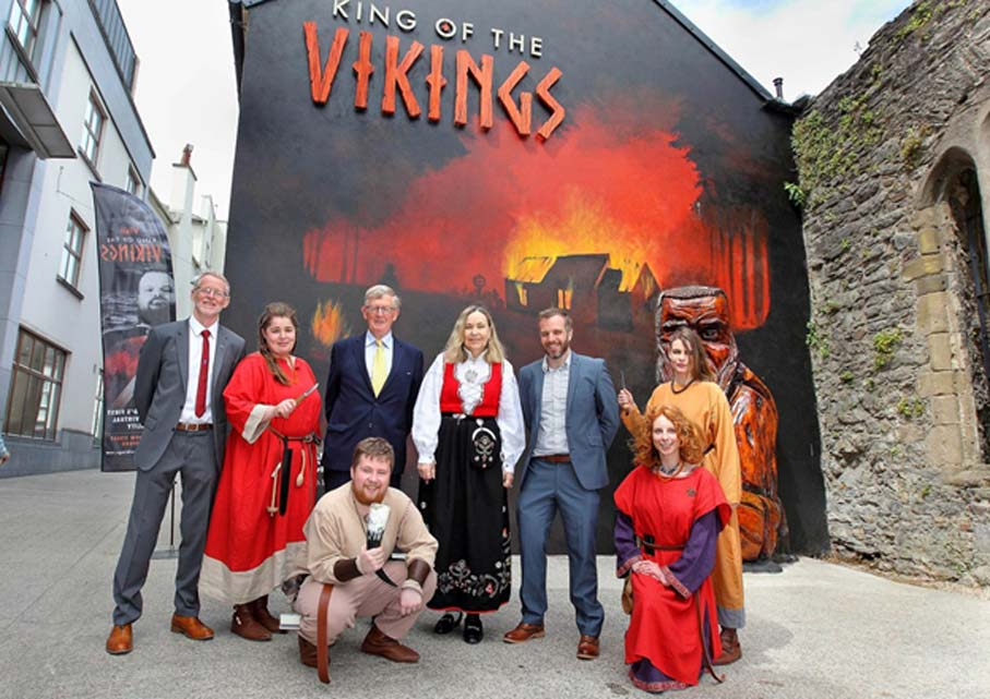 "Else Berit Eikeland (en el centro del grupo) en la exposición 'King of the Vikings' (""Rey de los vikingos""), Waterford, Irlanda (Fotografía: kingofthevikings)"