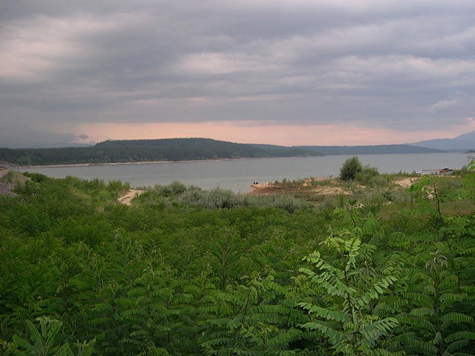 Fotografía del emplazamiento en el que está previsto realizar el proyecto, Embalse de Koprinka, Stara Zagora, Bulgaria. (Aniket Mone/CC BY 2.0)
