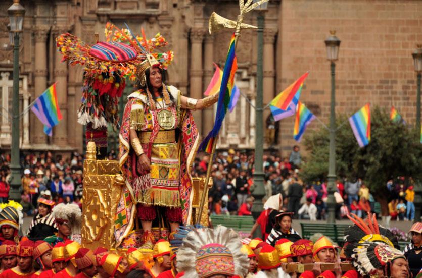 Celebraciones del Inti Raymi en Cusco, Perú. En la fotografía podemos observar a un hombre de ascendencia indígena ataviado como emperador inca. (Nyall and Maryanne / Flickr)