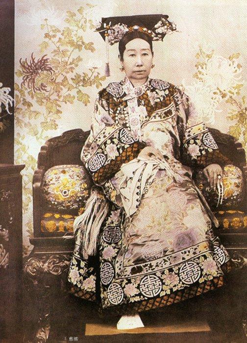 Retrato fotográfico oficial de la Emperatriz Viuda Cixí (29 de noviembre de 1835 – 15 de noviembre de 1908), a una edad aproximada de 55 años. (Public Domain). Obsérvense las largas uñas.