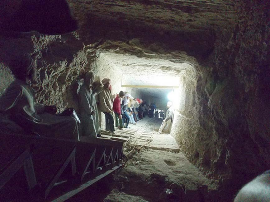 Este empinado corredor desemboca en la tumba oculta, 45 metros bajo tierra. (Fotografía: Josef Wegner y Penn Museum)
