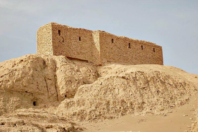 Emplazamiento del antiguo templo (e.kur) de Nippur, principal centro religioso del culto a Enlil. La estructura de ladrillo que se puede observar fue construida por arqueólogos estadounidenses a principios del siglo XX. (Public Domain)