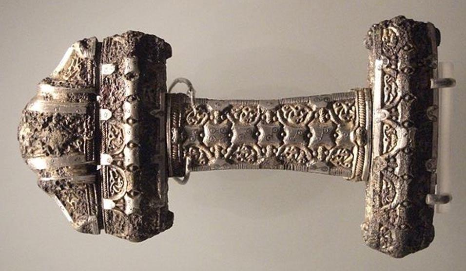 Empuñadura de una espada vikinga del siglo IX ricamente decorada, Museo de Escocia (Wikimedia Commons)